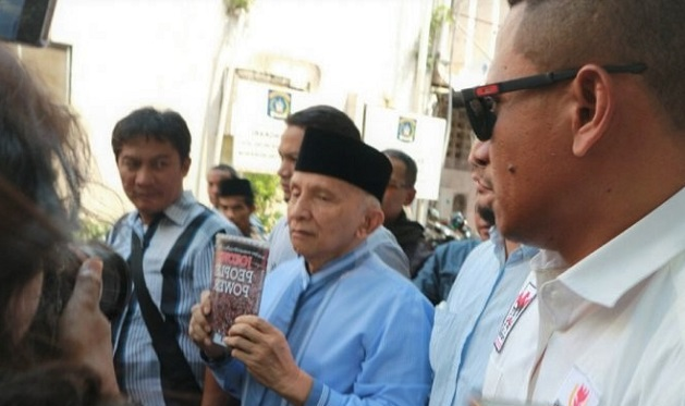 Diperiksa Polda Metro Jaya, Amien Rais Tunjukan Buku Jokowi People Power