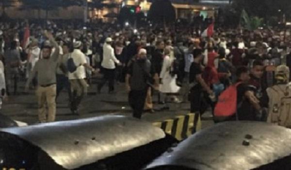 Bentrokan Massa dan Polisi Pecah di Depan Kantor Bawaslu